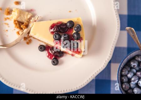 Gâteau au fromage sur une plaque avec les bleuets Banque D'Images