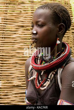 La tribu des réfugiés soudanais Toposas fille en Kangate, vallée de l'Omo, Ethiopie Banque D'Images