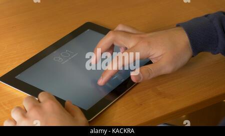 Close-up of male hands à l'aide de tablette numérique moderne et de l'ordinateur au bureau, vue frontale de businessman Banque D'Images