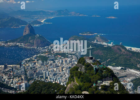 Statue du Christ Rédempteur au sommet du Corcovado, et montagne Sugarloaf, Rio de Janeiro, Brésil, Amérique du Sud Banque D'Images