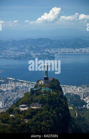 Statue du Christ Rédempteur au sommet du Corcovado, et baie de Guanabara, Rio de Janeiro, Brésil, Amérique du Sud Banque D'Images