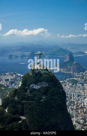 Statue du Christ Rédempteur au sommet, Corcovado et pain de sucre, Rio de Janeiro, Brésil, Amérique du sud - vue Banque D'Images