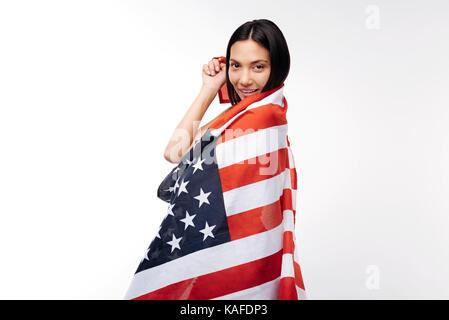 Pretty woman posing enveloppé dans us flag Banque D'Images