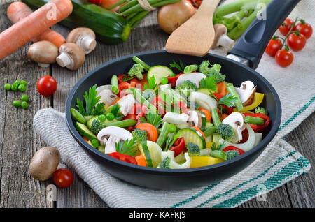 Des légumes hachés dans une poêle, placé o un vieux tissu en lin Banque D'Images