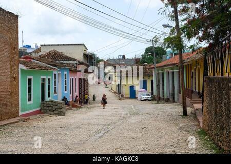 Une rue pavée pittoresque dans la région de Trinidad, Cuba. Banque D'Images