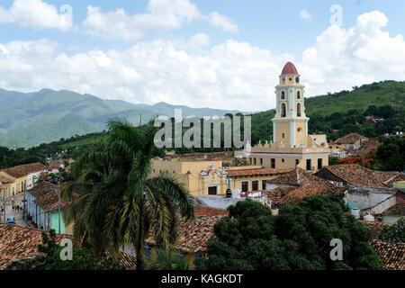 Vue sur le centre de la ville et les collines au loin à Trinidad, Cuba. Banque D'Images