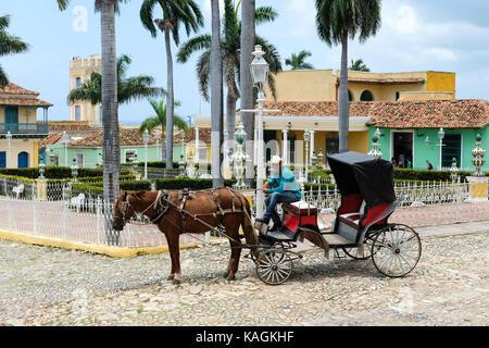 Un homme est assis sur son cheval et panier sur la Plaza Mayor à Trinidad, Cuba. Banque D'Images