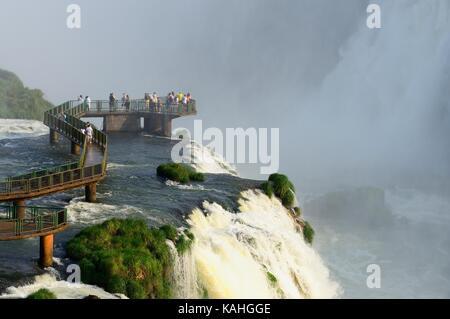 Touristes sur une plate-forme d'observation, chutes d'Iguazu, Foz do Iguaçu, Parc National d'Iguazú, Paraná, Brésil
