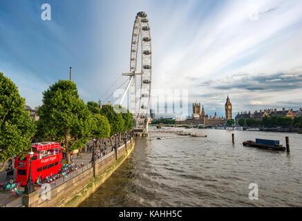 Vue sur la tamise depuis le golden jubilee bridge, promenade avec grande roue London Eye, Big Ben à l'arrière et Banque D'Images