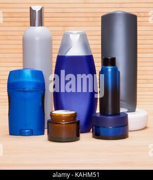 Men's cosmétiques. Soins du visage et du corps crèmes hydratantes, de la lotion après-rasage, déodorant antiperspirant Banque D'Images