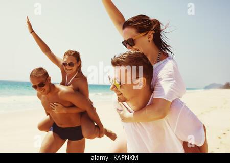 Deux couples amis fun run de plage