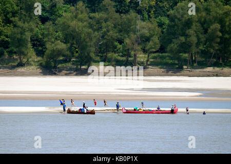 Deux grands canots sur le fleuve Mississippi Banque D'Images