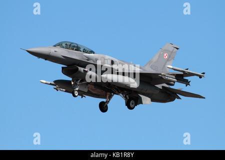 Avions militaires modernes. Avion de combat F-16 D de la Force aérienne polonaise à l'approche, équipé de réservoirs de carburant conformes (CFT) sur le fuselage