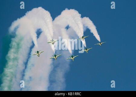 L'équipe de voltige de l'Arabie Hawks de la Royal Saudi Air Force l'exécution d'une boucle de la formation