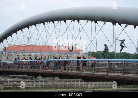 Père Bernatek passerelle au-dessus de la Vistule à Cracovie, Pologne, Europe Banque D'Images