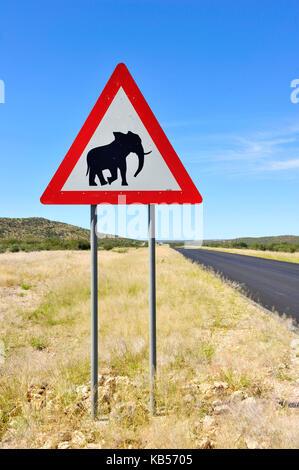 La Namibie, erongo, damaraland, la route de Brandberg, signalisation routière méfiez-vous des éléphants Banque D'Images
