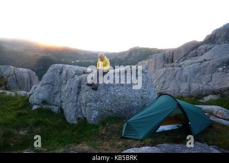 Tourisme à lui seul près de sa tente. Banque D'Images