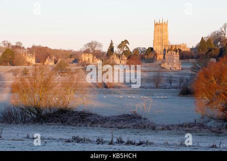 Eglise et ville de Saint-Jacques le matin glacial, Chipping Campden, Cotswolds, Gloucestershire, Angleterre, Royaume-Uni, Europe
