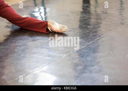 La danse, participation, la force concept. close up de la jambe de l'homme qui danse dans la classe pour répétitions Banque D'Images