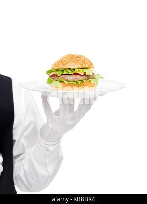 Serveur de gants blancs holding hamburger sur la plaque isolé sur fond blanc