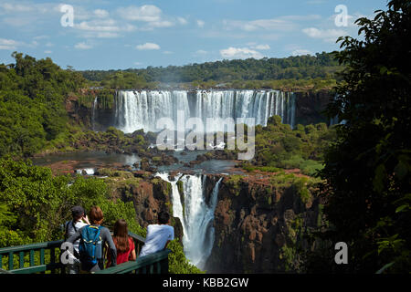 Les touristes sur l'affichage de la plate-forme sur le Brésil côté d'Iguazu, côté argentin, à l'Amérique du Sud Banque D'Images