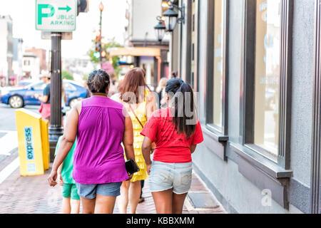 Washington DC, USA - 4 août 2017: La famille des gens qui marchent dans la soirée, African American, mère noire Banque D'Images