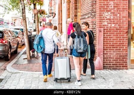 Washington DC, USA - 4 août 2017: La famille des gens qui marchent dans la soirée avec les bagages, bagages, sacs Banque D'Images