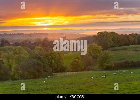Campagne des Cotswolds et St James Church. à l'aube, Chipping Campden, Cotswolds, Gloucestershire, Angleterre, Royaume-Uni, Europe