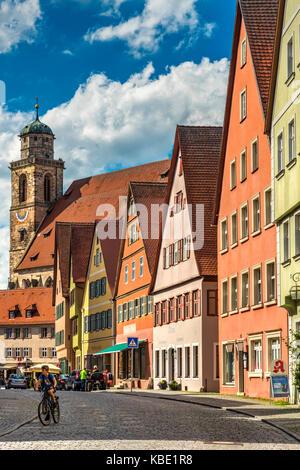 Rue de la vieille ville avec l'église Saint George ou de Saint Georgs Kirche en arrière-plan, Dinkelsbuhl, Bavière, Banque D'Images