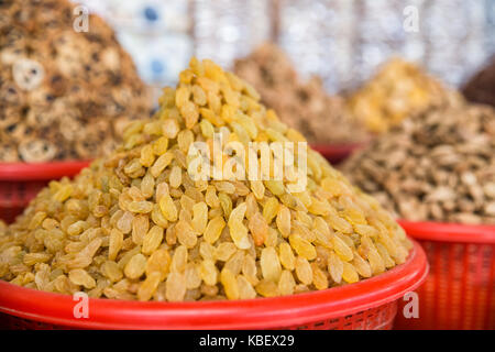 Raisins dorés. vente de fruits secs sur le marché Banque D'Images
