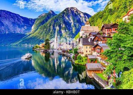 Hallstatt, Autriche. village de montagne dans les Alpes autrichiennes au crépuscule. Banque D'Images