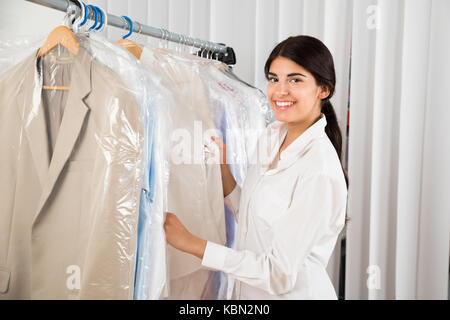 Portrait of a young woman in clothing store Banque D'Images