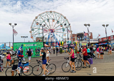 Boardwalk amusement park, mettant en vedette le célèbre Wonder Wheel à Coney Island. Banque D'Images