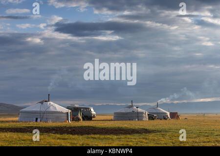 Famille mongole gers dans un paysage du nord de la Mongolie Banque D'Images