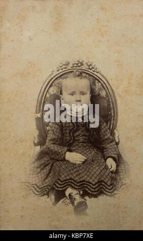 Archive américaine studio monochrome portrait photographique d'un bébé assis sur une chaise, nommé Charles Reynolds Banque D'Images