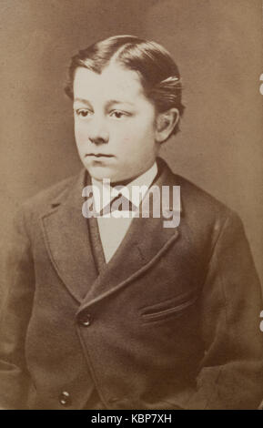 Archive américaine studio monochrome portrait photographique d'un jeune garçon avec une raie centrale portant une Banque D'Images