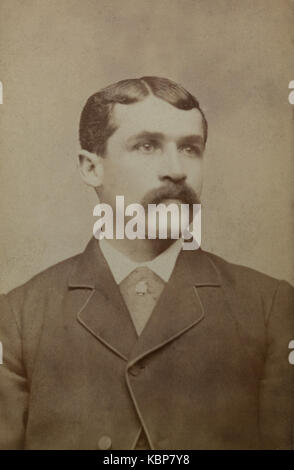 Archive américaine studio monochrome portrait photographique de jeune homme avec moustache, nommé Jacob Bennett, Banque D'Images