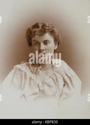 Archive américaine studio portrait monochrome photo de jeune femme avec le regard pensif de couleur claire porter Banque D'Images