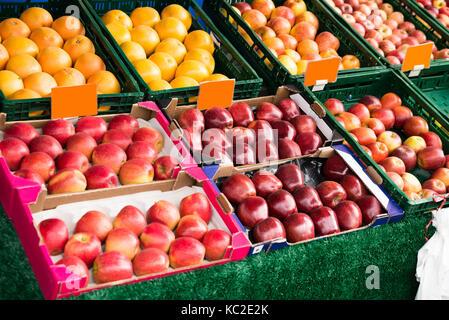 Fruits frais dans la case affichée au cours du marché Banque D'Images