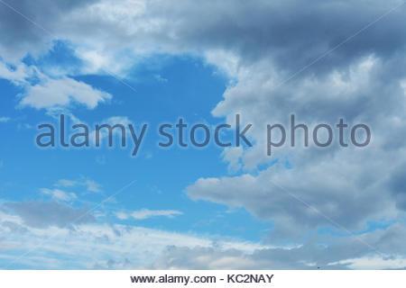 Des nuages gris dans le ciel Banque D'Images