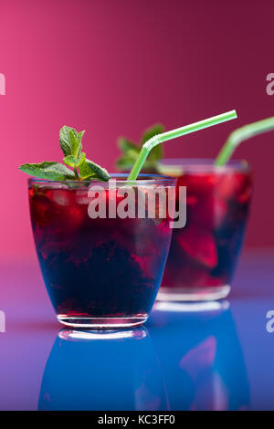 Framboise et garnir de menthe cocktail blackberry. studio shot Banque D'Images