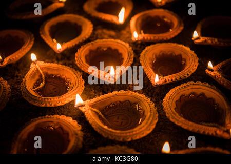 Happy diwali - diya en terre cuite ou des lampes à huile sur surface de l'argile ou de sol, selective focus Banque D'Images