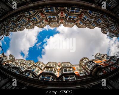 La ligne des bâtiments entourant le ciel à Holborn, Londres Banque D'Images