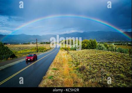 Arc-en-ciel sur CR 120 et la petite ville de montagne de Salida, Colorado, USA Banque D'Images