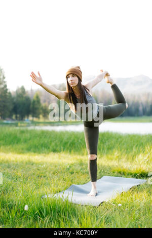 Woman practicing yoga in forest Banque D'Images