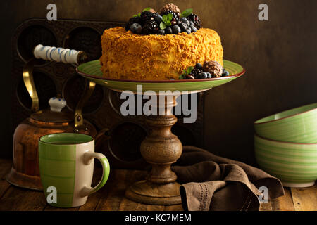 Gâteau en couches avec des bonbons au miel et Berry Banque D'Images