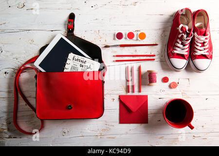 Bureau avec tablette et de fournitures scolaires. studio shot on white background. Télévision.