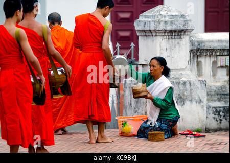 Le Laos. Luang Prabang, patrimoine mondial de l'UNESCO depuis 1995. Les moines bouddhistes lao recueillir des aumônes Banque D'Images