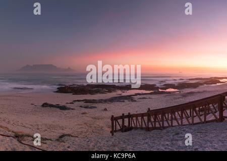 Vue de la table mountain à partir de bloubergstrand, Cape Town, Western Cape, Afrique du Sud Banque D'Images