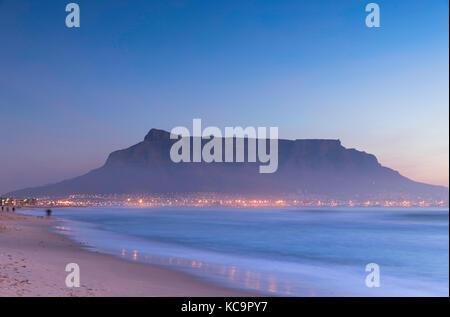 Vue de la table mountain à partir de milnerton plage au coucher du soleil, Cape Town, Western Cape, Afrique du Sud Banque D'Images